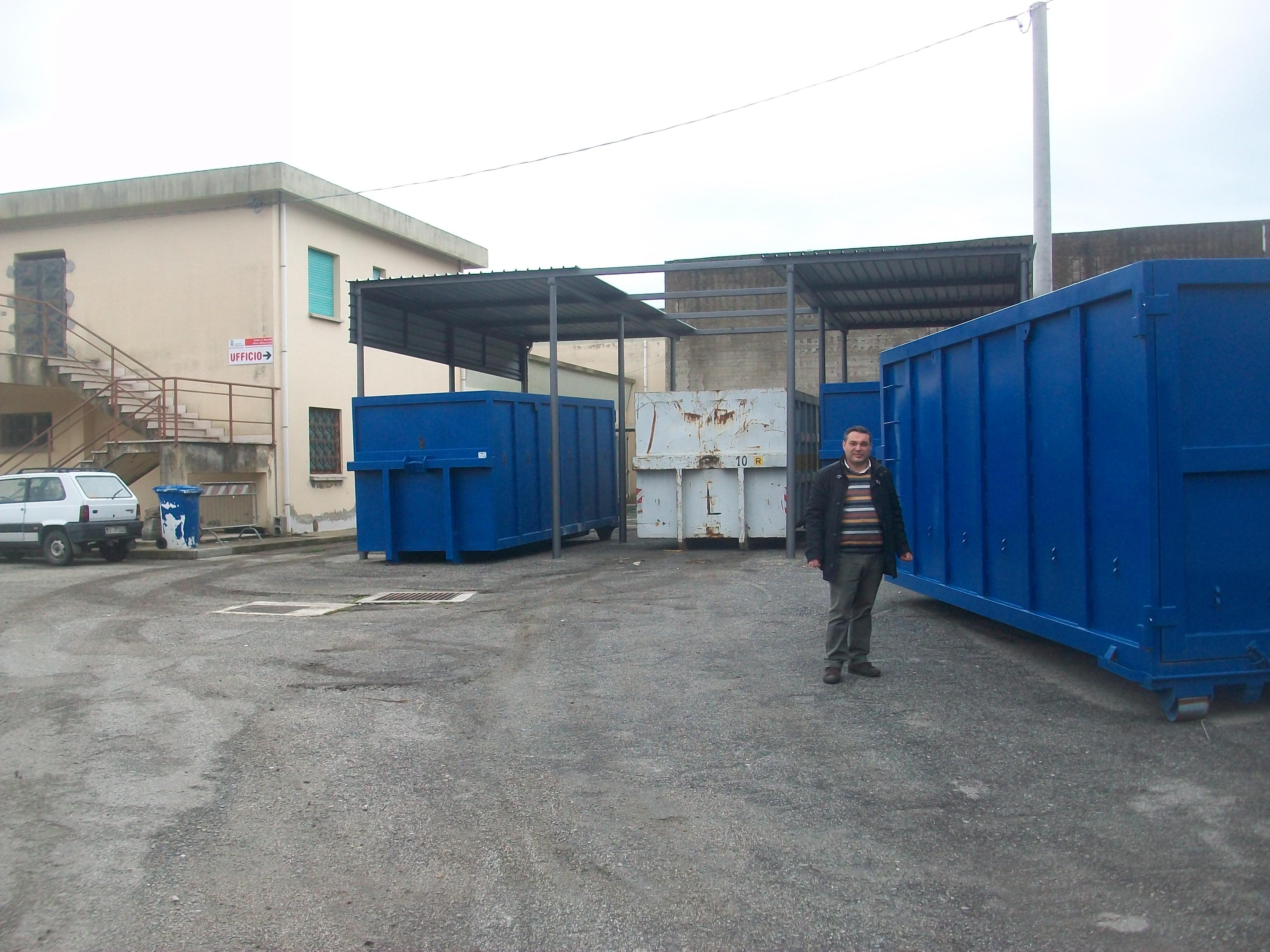Il ViceSindaco Zavaglia presso il centro di raccolta rifiuti differenziati di Gioiosa Jonica