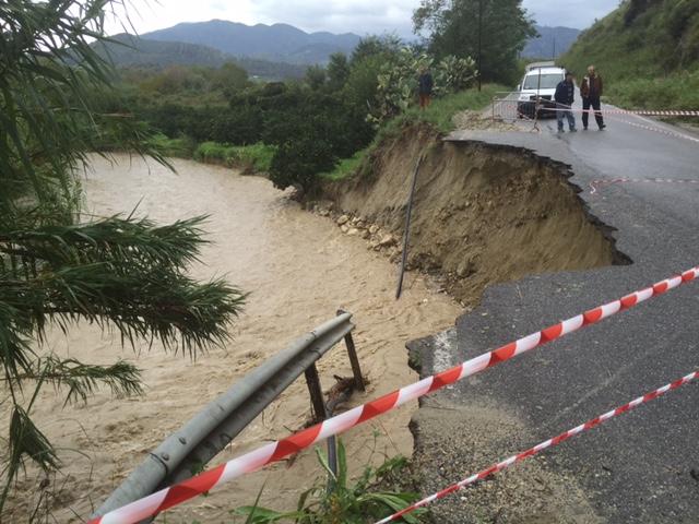 La strada di Marano crollata a causa dell'impetuosità delle acque dell'Amusa