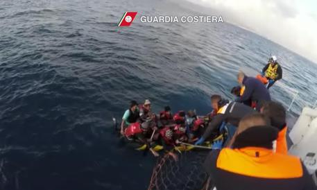 La motovedetta della Guardia Costiera Italiana CP 292, a Kos, ha soccorso un gommone, salvando 14 migranti, tutti uomini 7 afghani e 7 pahistani. ANSA/GUARDIA COSTIERA ANSA PROVIDES ACCESS TO THIS HANDOUT PHOTO TO BE USED SOLELY TO ILLUSTRATE NEWS REPORTING OR COMMENTARY ON THE FACTS OR EVENTS DEPICTED IN THIS IMAGE; NO ARCHIVING; NO LICENSING
