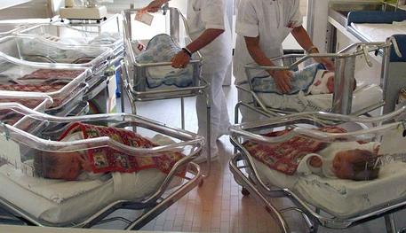 Due infermiere con alcuni neonati in ospedale in una foto d'archivio. ANSA