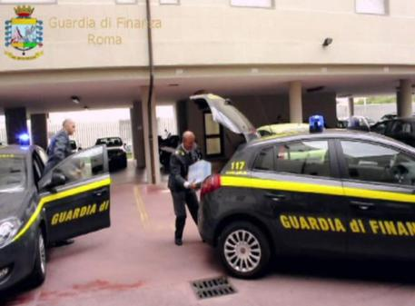 Un momento dell'operazione durante la quale i Finanzieri del Comando Provinciale di Roma hanno individuato un pensionato che ha nascosto al Fisco canoni di locazione per circa mezzo di milione di euro negli ultimi cinque anni, 22 maggio 2015. ANSA/ UFFICIO STAMPA GUARDIA DI FINANZA DI ROMA   +++ ANSA PROVIDES ACCESS TO THIS HANDOUT PHOTO TO BE USED SOLELY TO ILLUSTRATE NEWS REPORTING OR COMMENTARY ON THE FACTS OR EVENTS DEPICTED IN THIS IMAGE; NO ARCHIVING; NO LICENSING +++