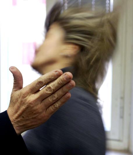 Un' immagine di archivio mostra una situazione simbolica di violenza alle donne.  Quattro violenze su cinque avvengono all'interno di una relazione sentimentale mentre solo una su 100 a opera di sconosciuti. A subirle sono soprattutto donne tra i 35 e i 44 anni (32%), sposate (50%) con figli (79%), diplomate (53%) e di professione impiegate (21%). Ammettono di patire ricatti, insulti e minacce (44%), violenza fisica, anche con corpi contundenti come martelli o altri oggetti taglienti (26%), economica (13%) e sessuale (7%). Sono i dati di Telefono rosa, secondo cui inoltre la meta' delle violenze denunciate da donne nel 2009 rientra nel reato di stalking.                ARCHIVIO - FRANCO SILVI ANSA/