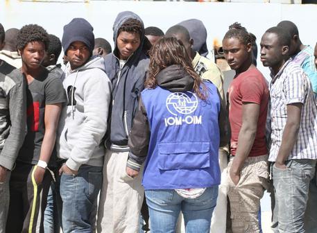 Un momento della sbarco di 243 migranti soccorsi dalla nave della Marina Militare Spica, Reggio Calabria, 28 aprile 2016. ANSA/SAPONE