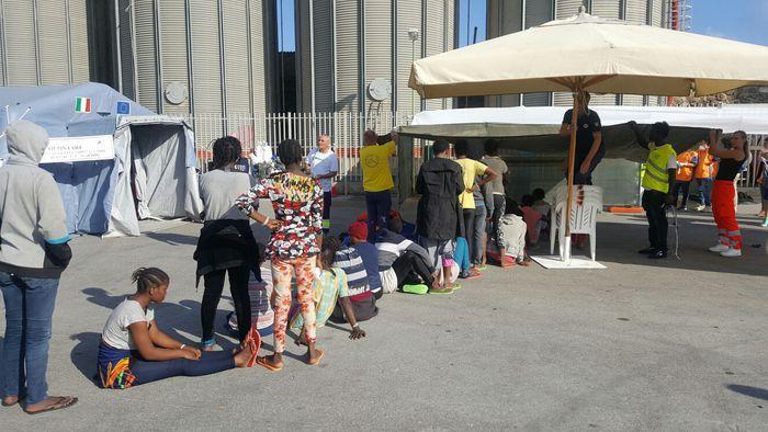 Migranti: arrivati a Vibo in 761, c'è anche neonato