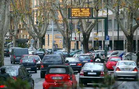 20040113 - ROMA - ECO - TRASPORTI: ROMA; COMITATO LOTTA SCEGLIE PROTESTA ALTERNATIVA - Traffico intenso sul Lungotevere oggi a Roma.   GIUSEPPE GIGLIA/ANSA/TO