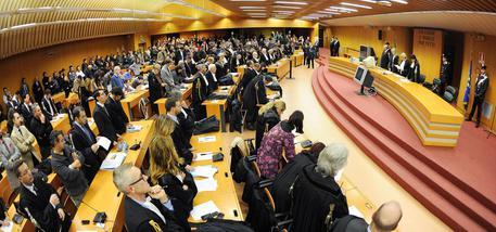 L'Aula del tribunale durante la lettura della sentenza del processo Minotauro, Torino, 22 Novembre 2013. Chiuso con 36 condanne su 74 imputati il processo Minotauro a Torino sulla presenza di 'Ndrangheta in Piemonte. E' la maggiore inchiesta di criminalità organizzata nel Nord Ovest condotta negli ultimi 15 anni. ANSA/ ALESSANDRO DI MARCO