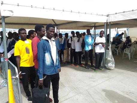 Alcuni dei migranti soccorsi al largo di Capo Spartivento e sbarcati nel porto di Reggio Calabria.
