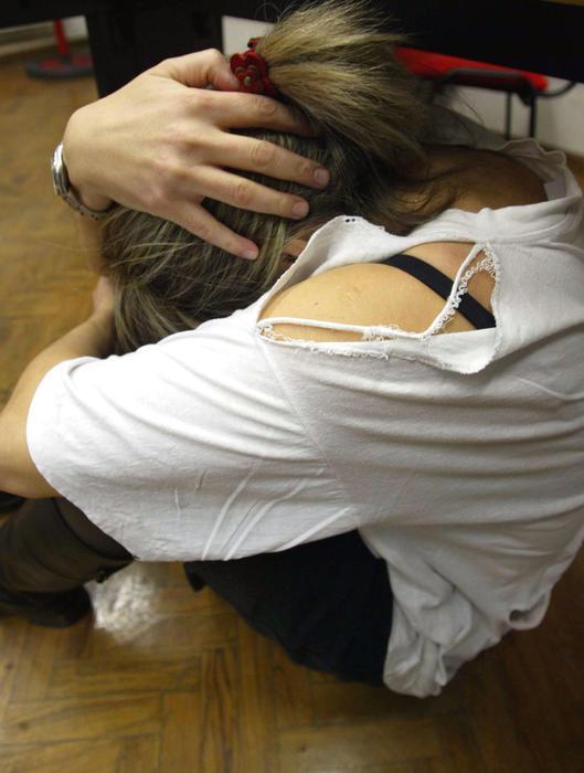 VIOLENZA DONNE ragazza rannicchiata picchiata ex