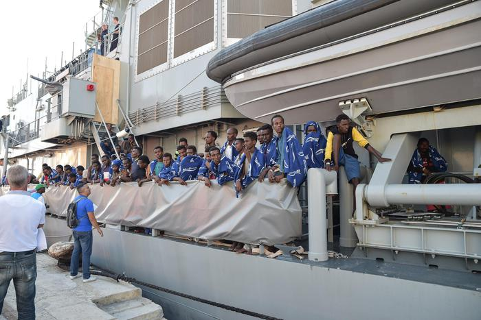 Sbarco a Vibo Valentia nave irlandese con 606 migranti