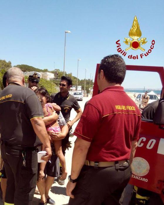 Bambina si perde al mare, trovata da Vigili del fuoco ad un km di distanza