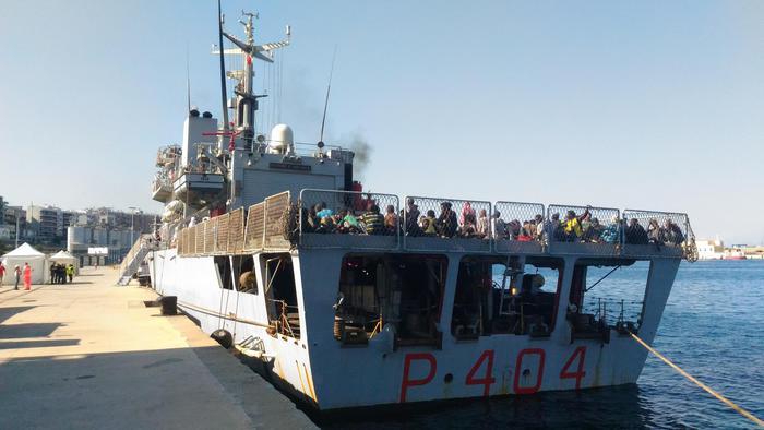 """nave vega Migranti: 729 giunti a Reggio Calabria con pattugliatore """"Vega"""""""