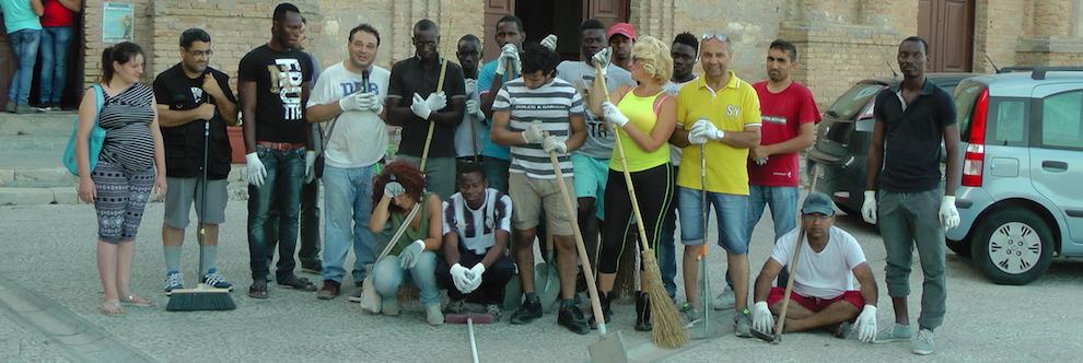 prima giornata di volontariato presso il Centro Storico grazie ai migranti ed al Comune gioiosa jonica ev
