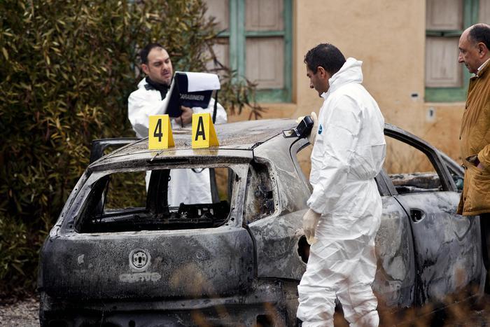 Corpi carbonizzati:uno era in cofano auto, ridotti scheletri brruciati