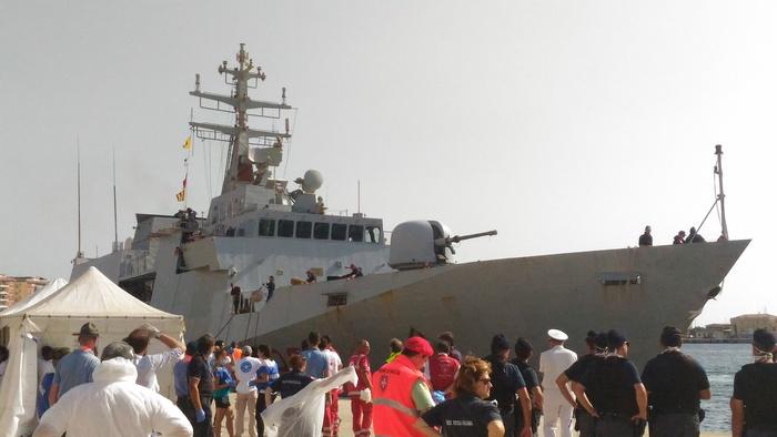 Migranti: a Reggio nave militare con 980 persone