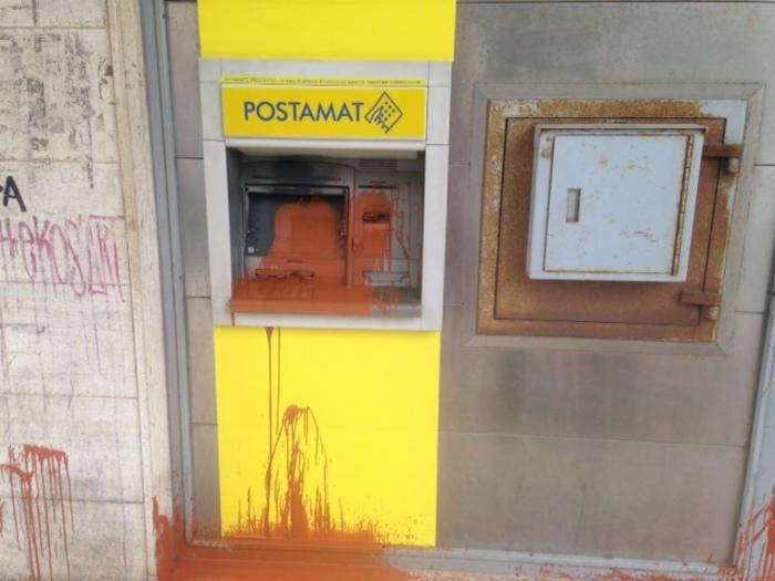Lo sportello Postamat dell'ufficio postale di Lecce in via Taranto imbrattato dai vandali
