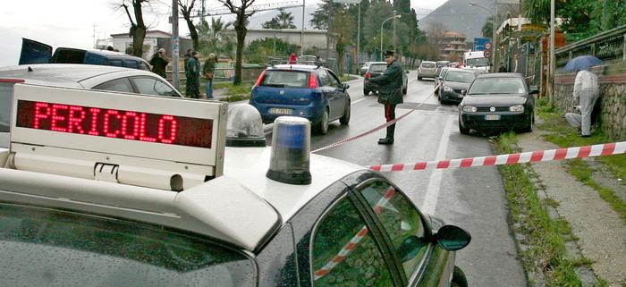 20090107 - CASTELLAMARE DI STABIA (NAPOLI)  - CRO CAMORRA: UCCISO NEL NAPOLETANO AFFILIATO A CLAN D'ALESSANDRO  la scena del'agguato di camorra a Castellammare di Stabia ( Napoli ) dobve e' stato ucciso il pregiudicato Antonio Vitiello.   Era ritenuto dai carabinieri affiliato al clan camorristico D'Alessandro, l'uomo ucciso che aveva 55 anni .    Vitiello era alla guida della sua auto, una Golf, quando e' stato avvicinato dai sicari, forse giunti  a bordo di una moto che gli hanno esploso contro diversi colpi di pistola.