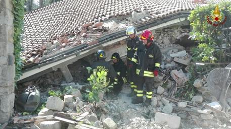 Sisma: vigili del fuoco effettuano ricerche sotto le macerie