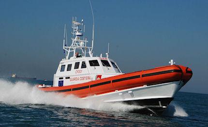 nave barca elicottero guardia costiera roccella jonica