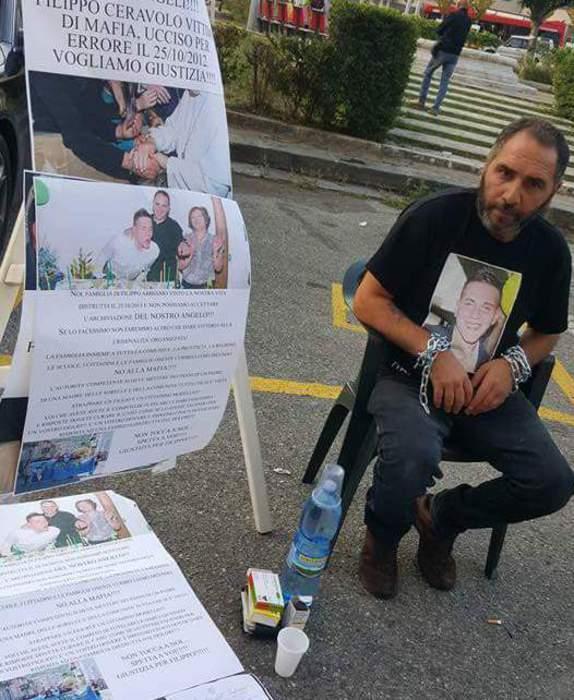 Foto Ansa - Martino Ceravolo, padre di Filippo, giovane ucciso per errore dalla 'ndrangheta, protesta davanti alla sede della Procura della Repubblica di Catanzaro.