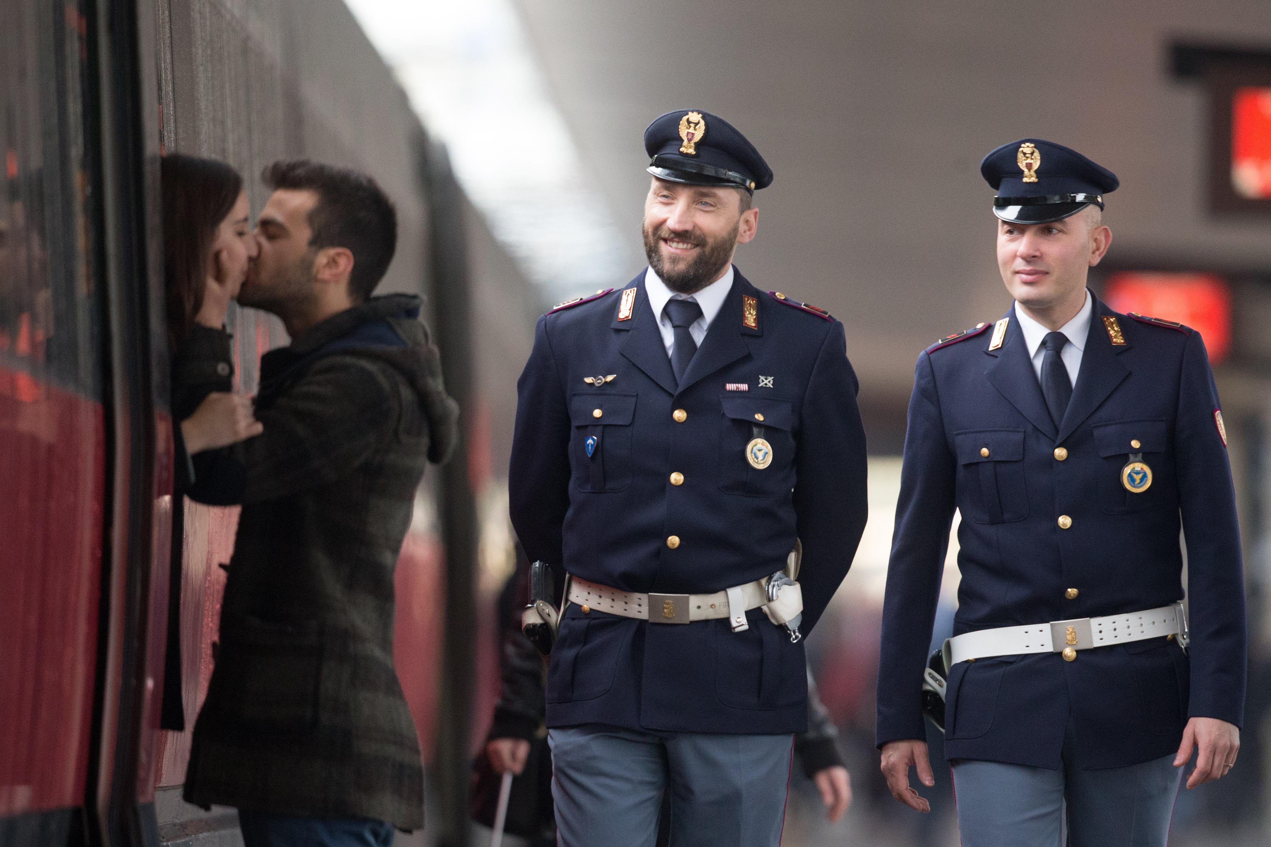 Firenze, due fidanzati si salutano baciandosi davanti allo sguardo compiaciuto di agenti della Polfer 2015-03-16 © Massimo Sestini