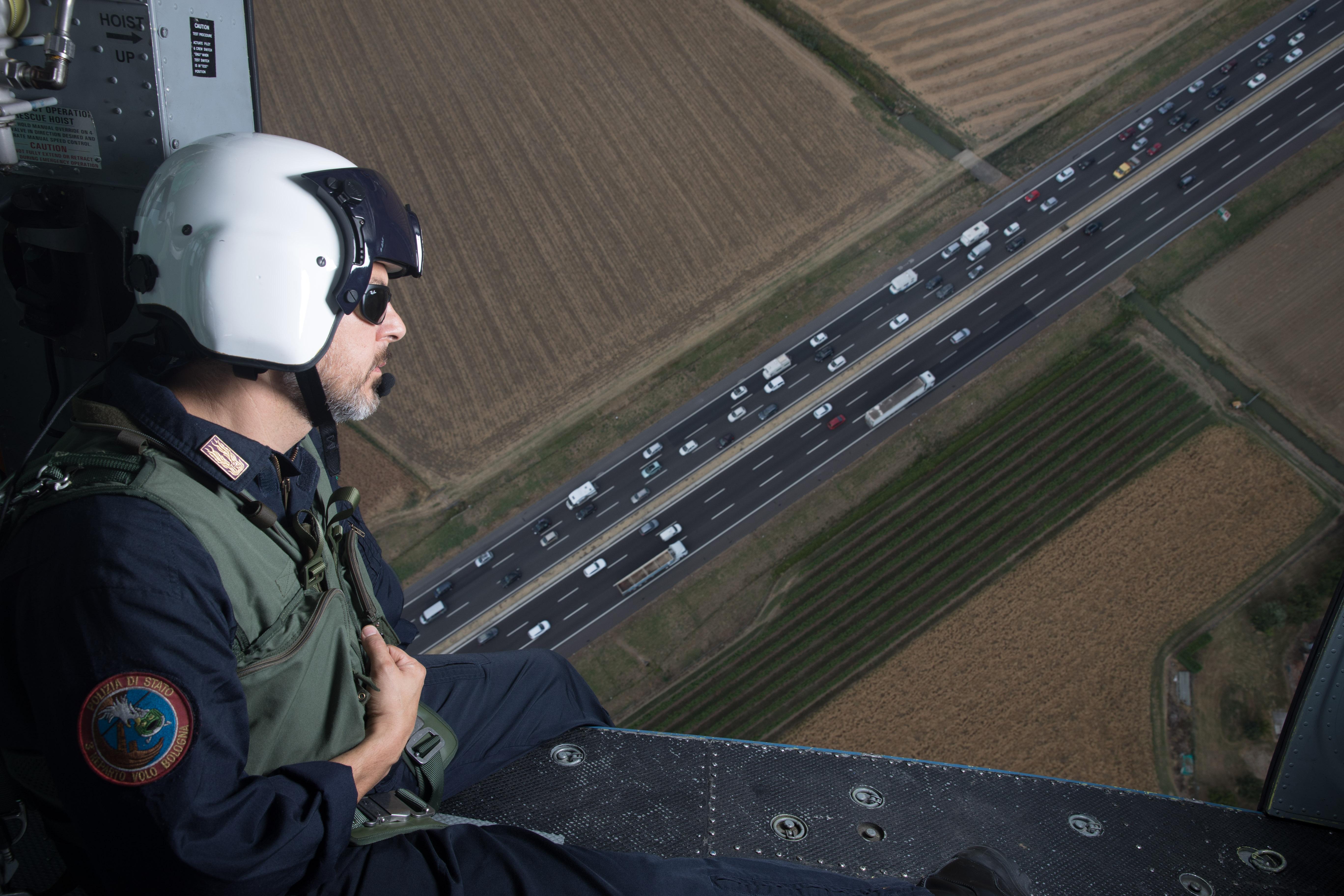 Bologna, uno specialista del 3° reparto volo in azione sul traffico autostradale durante l'esodo estivo 2016-07-30 © Massimo Sestini