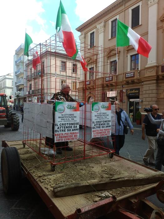 Davanti a Municipio chiuso in gabbia per protesta