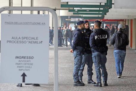 Foto Ansa - Al via il processo di 'Ndrangheta 'Amelia' con udienza preliminare a porte chiuse in un'aula allestita nei padiglioni della Fiera d Bologna e 219 imputati, 28 ottobre 2015.ANSA/GIORGIO BENVENUTI