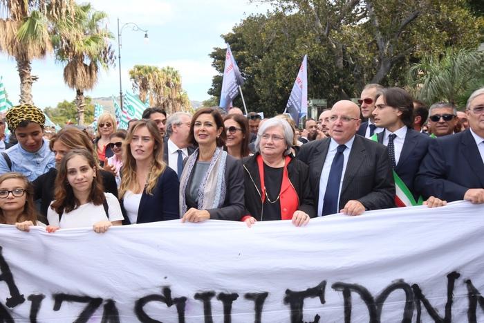 Foto Ansa - corteo contro la violenza sulle donne: da sinistra Maria Elena Boschi, Laura Boldrini, Rosy Bindi, Mario Oliverio e Giuseppe Falcomatà.