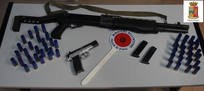 Il materiale sequestrato dalla Polizia di Stato - Ph. ANSA