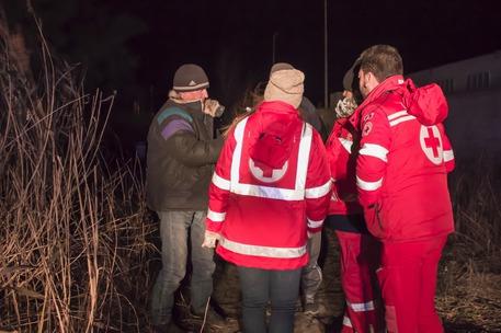 Volontari della Croce rossa italiana aiutano senzatetto in Calabria a difendersi dal gelo