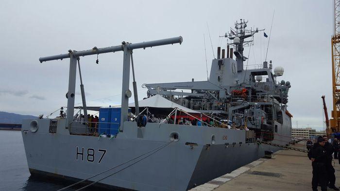 La nave della Marina inglese Echo giunta al porto di Reggio Calabria con 182 migranti soccorsi nel Canale di Sicilia - Ph. ANSA